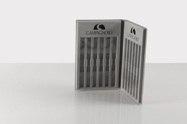 Astucci termoformati in materiale floccato e copertina in pelle